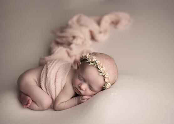 metro detroit michigan newborn photographer melissa anne photography tushie up pose with wrap